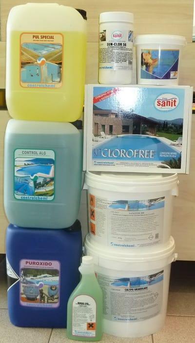 Prodotti chimici per il trattamento delle acqua della piscina - manutenzione piscina